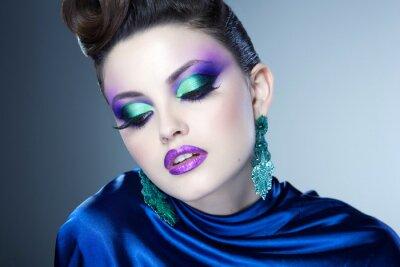 Картина профессиональный синий макияж и прическа на красивое лицо женщины
