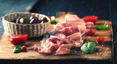 Картина Прошутто с хлеба на деревянной доске с оливками