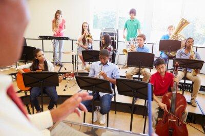 Картина Ученики играть на музыкальных инструментах в школе оркестра