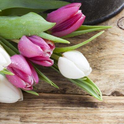 Картина фиолетовый концепция тюльпан весной на старинных лотку и деревянный стол