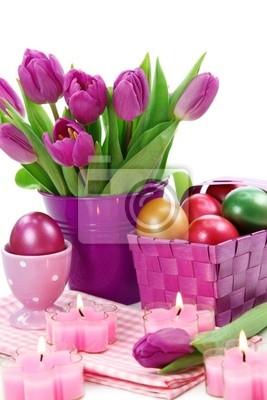 Фиолетовый тюльпаны в ведро и пасхальные яйца