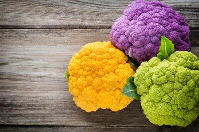 Картина Радуга из экологически цветной капусты на деревянном столе.