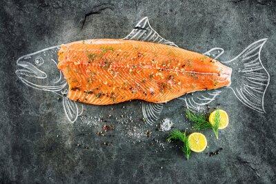 Картина сырой рыбы лосося стейк с ингредиентами, как лимон, перец, морская соль и укроп на черной доске, набросал изображение мелом лосося рыбы с бифштексом