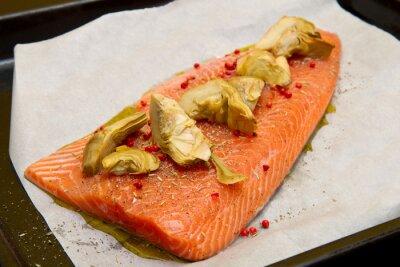 Картина сырого лосося с артишоками и красным перцем