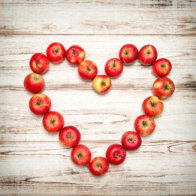 Картина Красные яблоки сердца деревянный фон. Любовь концепции сбора винограда
