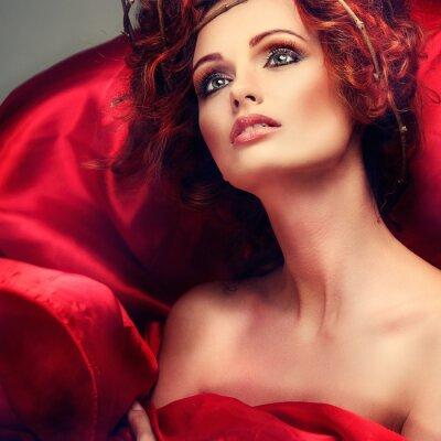 Картина Красные волосы. Портрет красивой девушки в красной ткани