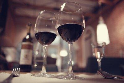Картина красное вино во французском интерьере ресторана