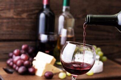 Картина Красное вино вливаются в стекло, макро.