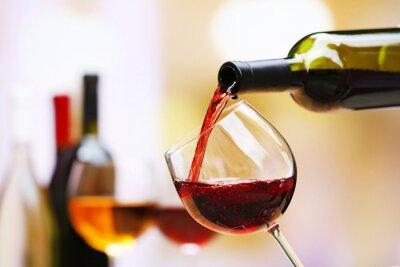 Картина Красное вино вливаются в бокал, макро