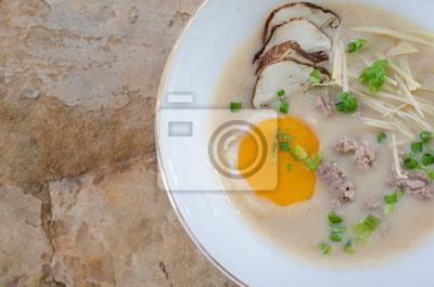 рисовую каши со свининой и яйцом, смешанного