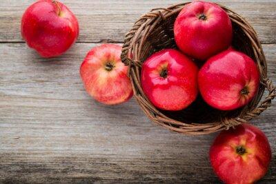 Картина Спелые красные яблоки на деревянном фоне.