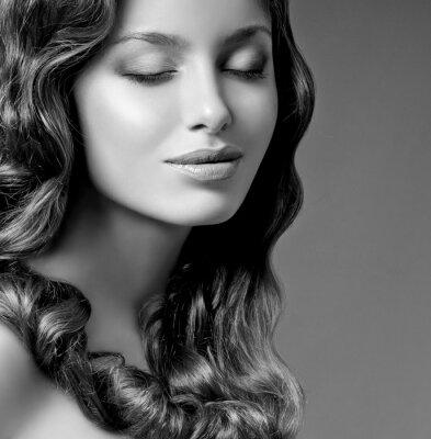Картина романтические брюнетка с вьющимися волосами