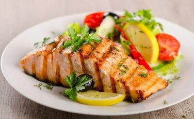 Картина Лосось с салатом из свежих овощей.