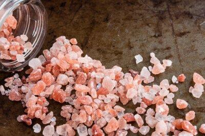 Картина Разрозненные Гималайские розовые кристаллы соли из стеклянной бутылки на ржавый фоне металла