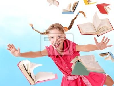 Школьница держит стопку книг. Открытый.