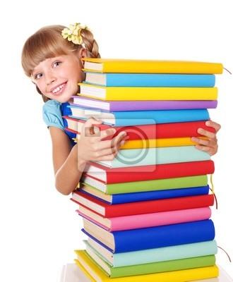 Школьница с рюкзак, стопки книг.