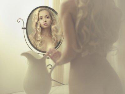 Картина Соблазнительная женщина в зеркале