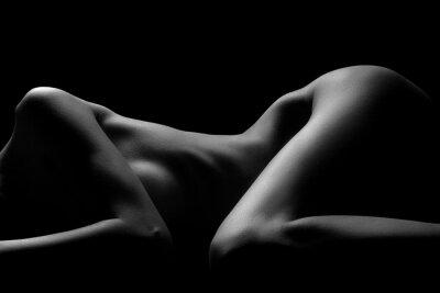 Сексуальная обнаженная натура тела. Обнаженная чувственная красивая девушка. Художественное черно-белое фото.
