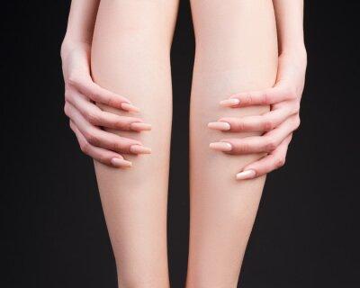Сексуальные женские ножки на сером фоне
