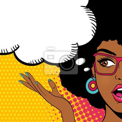 Sexy удивлен афро-американских женщина смотрит в сторону с открытым ртом и речи пузырь. Вектор фон в поп-арт ретро стиле комиксов.