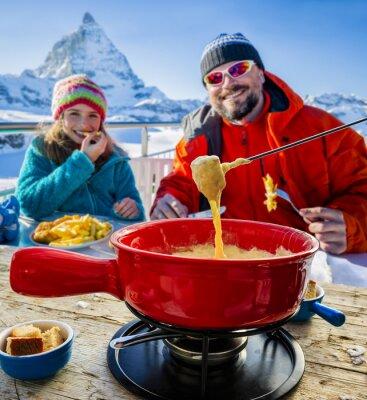 Картина Лыжники в ресторане, фондю, традиционное швейцарское блюдо - Маттерхорн в швейцарских Альпах в фоновом режиме