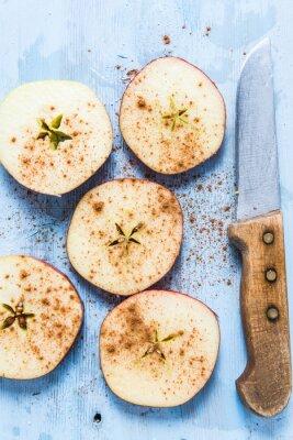 Картина Нарезанные свежие органические яблоки с корицей на столе