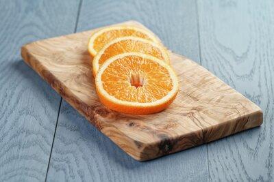 Картина кусочки спелых апельсина на оливковом разделочной доске, мелкой фокус