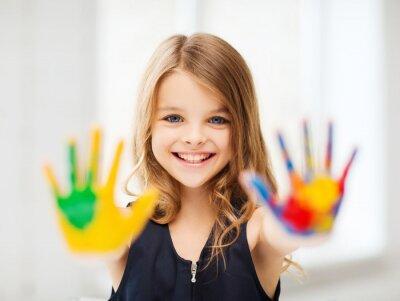 Картина улыбается девушка, показывая окрашенные руки