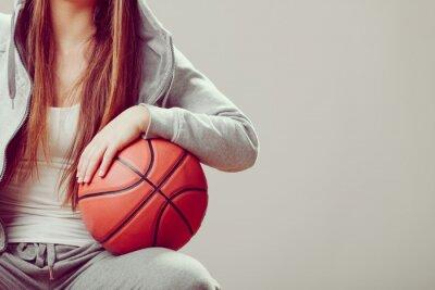 Картина Спортивный девочка подросток в капот холдинг баскетбол.