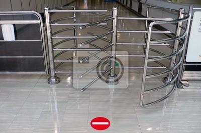 знак остановки перед въездными воротами