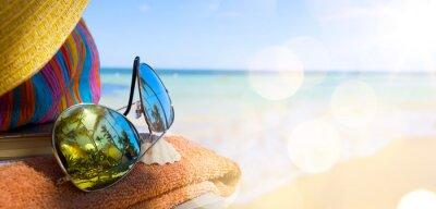 Картина Соломенные шляпы, сумки и солнцезащитные очки на тропический пляж