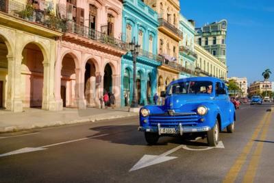 Картина Уличная сцена со старым автомобилем и красочными зданиями в Старой Гаване