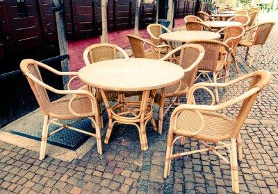 Картина Вид на улицу из кофе терраса со столами и стульями