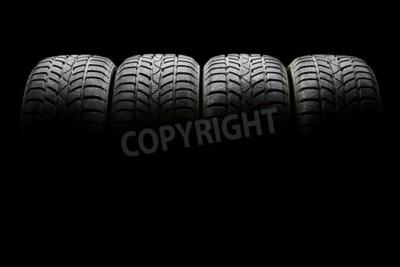 Картина Студия выстрел из набора из четырех черных автомобильных шин выстроились горизонтально в темном эмбиенте на черном фоне
