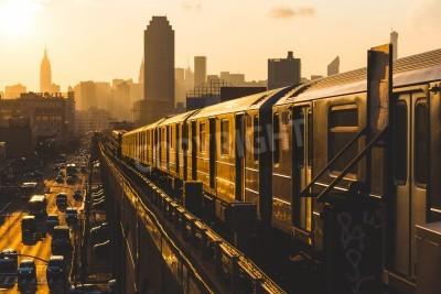 Картина Поезд метро в Нью-Йорке на закате