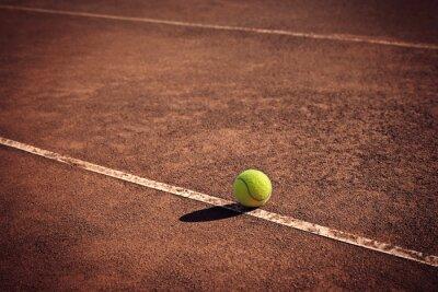 Картина теннисный мяч на линии