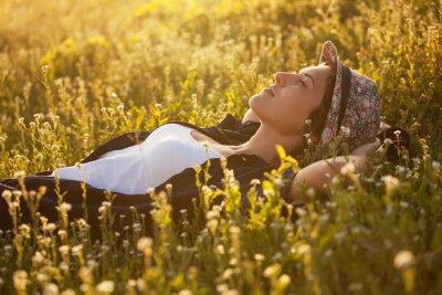 Картина Девушка в шляпе dremet среди полевых цветов