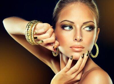 Картина Девушка с золотого макияжа и металлических гвоздей.