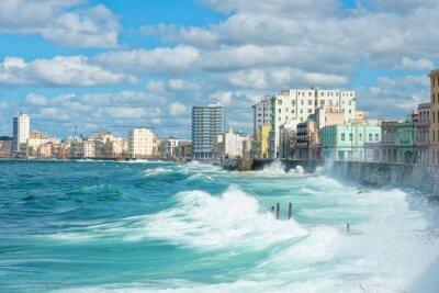 Картина Гавана горизонта с большими волнами на море