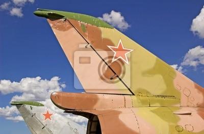 Кили российских истребителей-бомбардировщиков Су-7 на аэродроме.