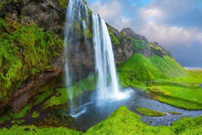 Картина Вода протекает через быстрым потоком