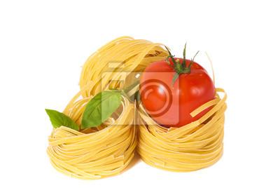 Помидоры, макароны и зеленый базилик