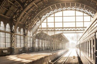 Картина Железнодорожный вокзал закрытый закат восход солнца в сепии. Перевозка и платформа со строительной крышей. Путешествие на поезде по железной дороге