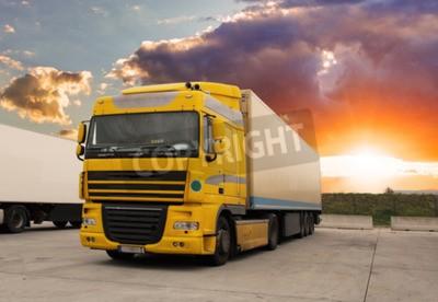 Картина Грузовой автомобиль - грузовые перевозки с солнцем