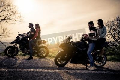 Картина Два мотоциклов вождения в природе - Друзья вождения гоночных мотоциклов со своими подругами - группа байкеров остановки в панорамном точки зрения и посмотреть на наводящий закат