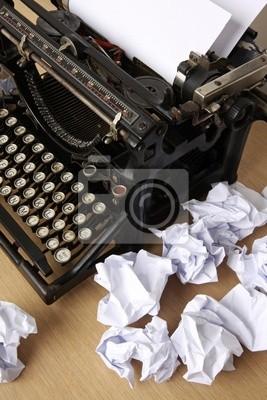 Пишущая машинка с бумагой рассеянного - концептуальные изображения