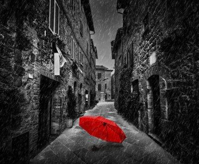 Картина Зонтик на темной улице в старом итальянском городке в Тоскане, Италия. Льется.