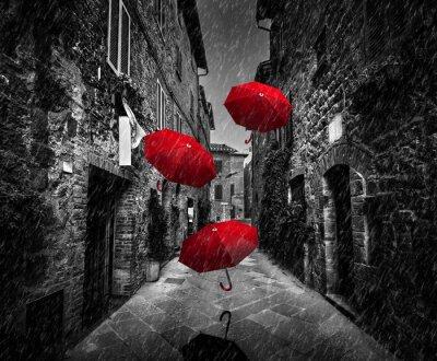 Картина Umrbellas летать с ветром и дождем на темной улице в старом итальянском городке в Тоскане, Италия