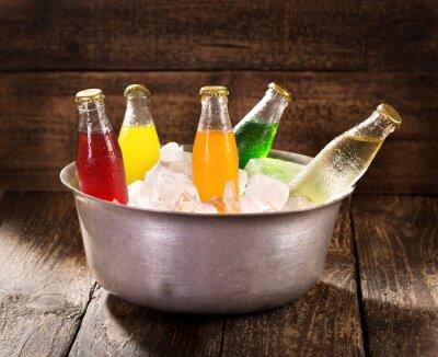 Картина различные бутылки соды в ведро со льдом