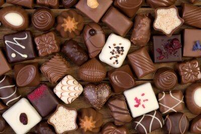 Картина Различные шоколадные конфеты на деревянном фоне